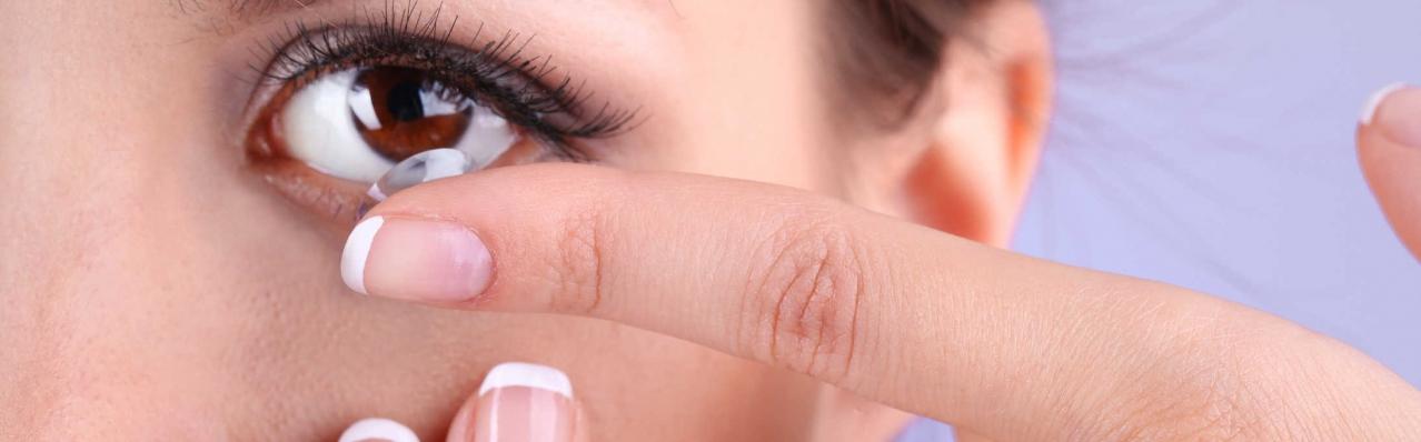 Lưu ý khi trang điểm mắt đeo kính áp tròng