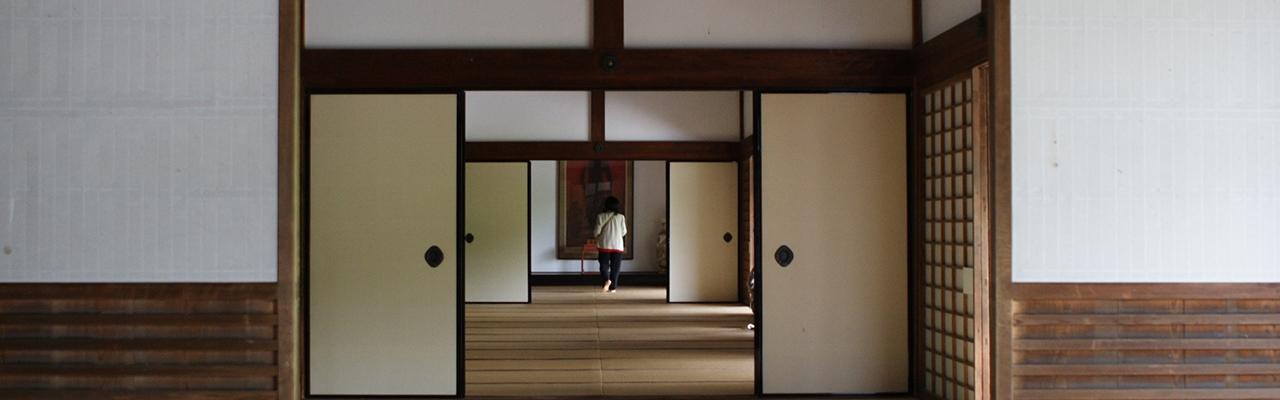 Điều gì đặc biệt sau một cánh cửa shoji?