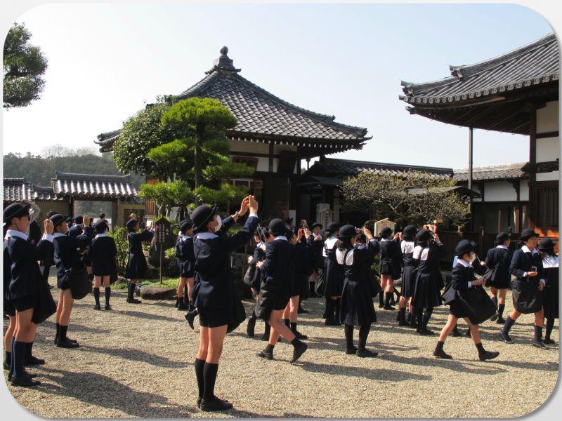học sinh tiểu học tham quan chùa