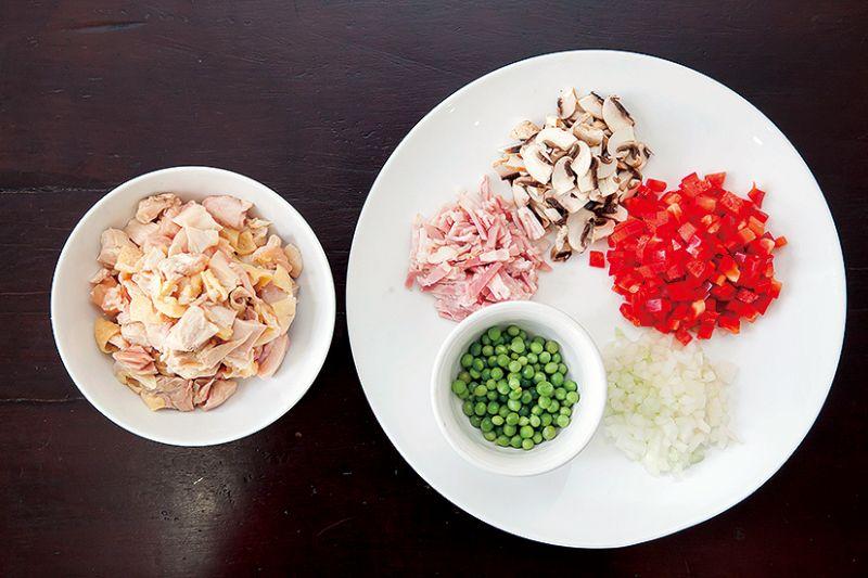 cắt thịt gà và rau củ