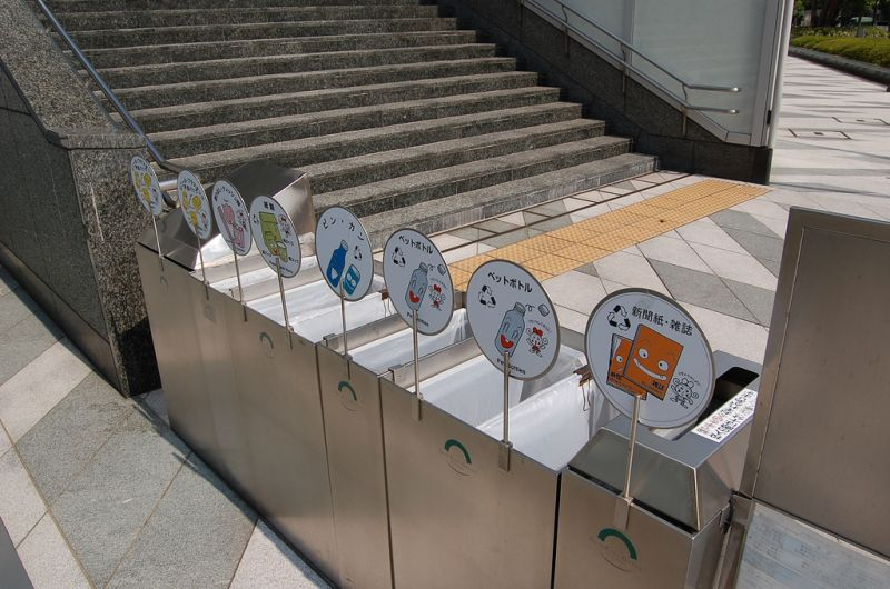 thùng rác với bảng tên từng loại rác