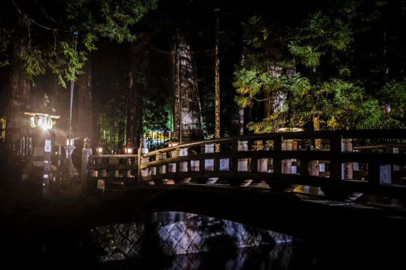 Cầu Gobyobashi bắc ngang qua nghĩa trang Okunoin