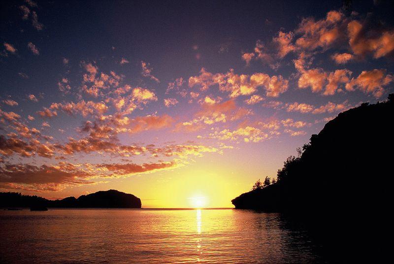 父島の境浦から見る夕日
