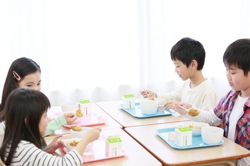 Nhà trẻ Nhật rèn luyện cho bé thói quen lấy dinh dưỡng từ bữa ăn