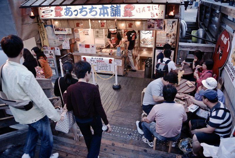 Cửa hàng Takoyaki trên phố Dotonbori