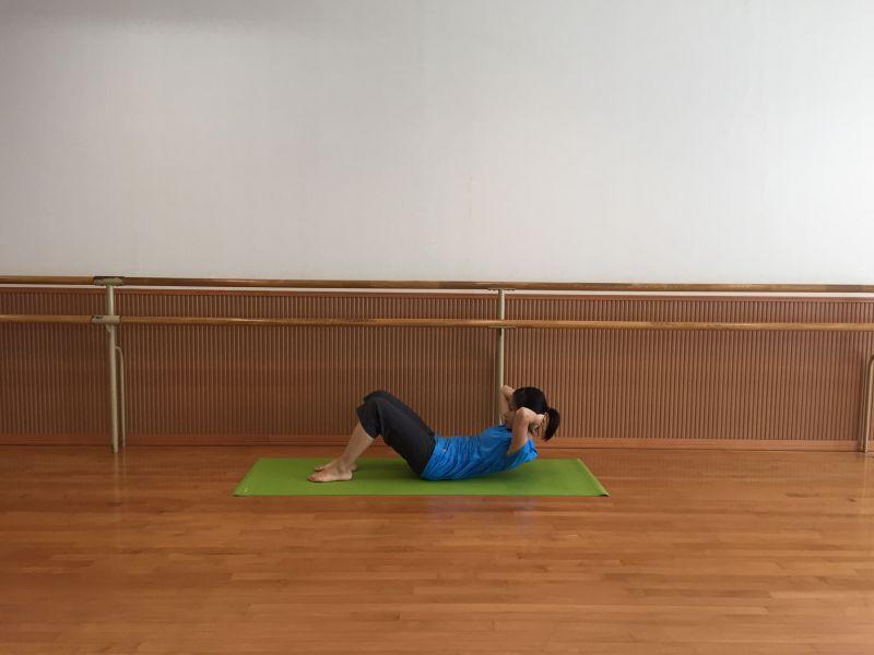 お腹を折り曲げる運動