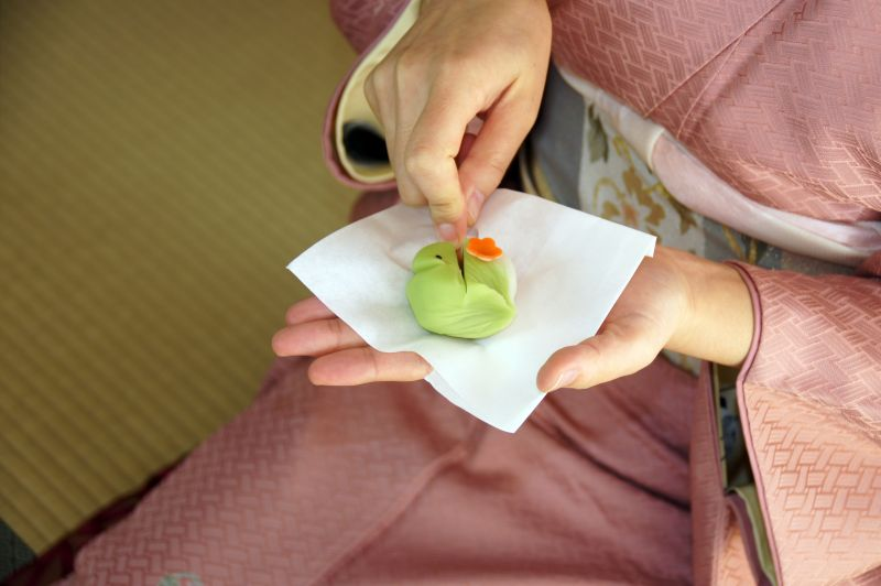 thưởng thức bánh Wagashi