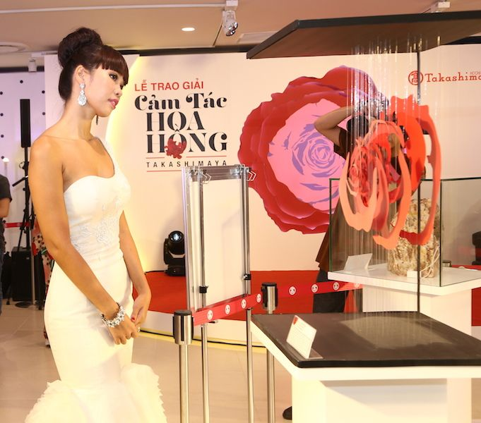 Người mẫu Hà Anh bên tác phẩm sắp đặt hoa hồng