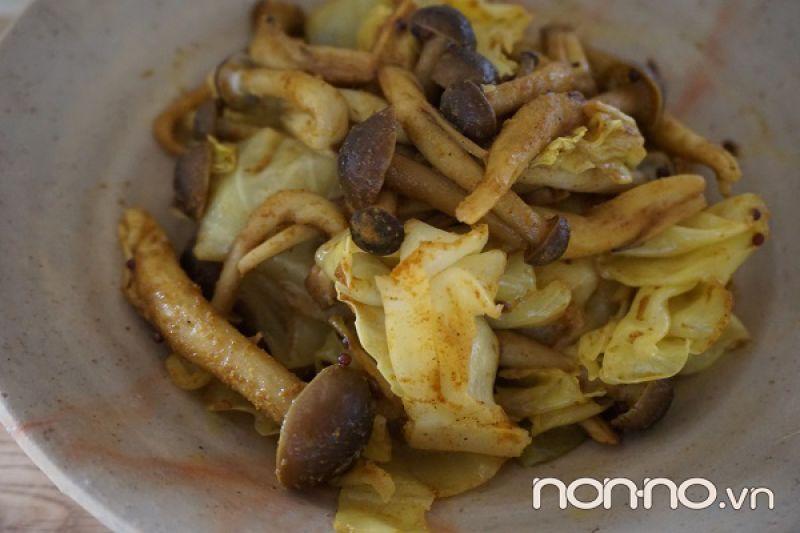 bắp cải và nấm Shimeji hấp cà ri