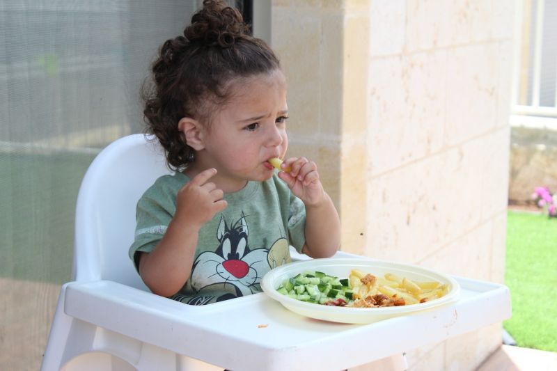 phải ngồi vào ghế ăn