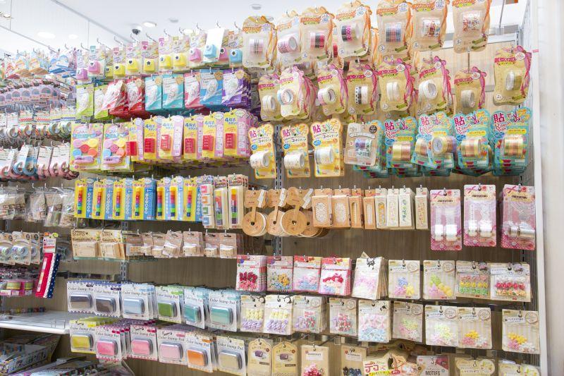 sản phẩm đa dạng của cửa hàng 100 yên