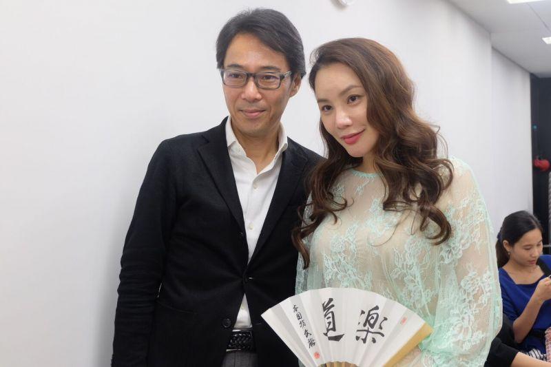 Hồ Quỳnh Hương ngắm hoàng cung Nhật cùng đại diện tờ báo lớn nhất Nhật Bản