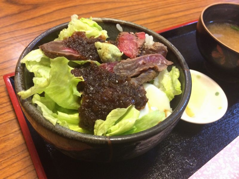 「あづま」の温玉ステーキ丼