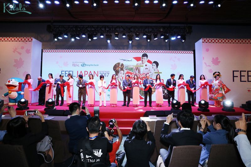 Đại diện Ban tổ chức và các khách mời danh dự cắt băng khai mạc lễ hội