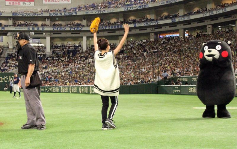 """Satomi Ishihara ném bóng mở màn tại sự kiện khai mạc giải bóng chày """"Suntory Dream Match 2017 in Tokyo Dome"""""""