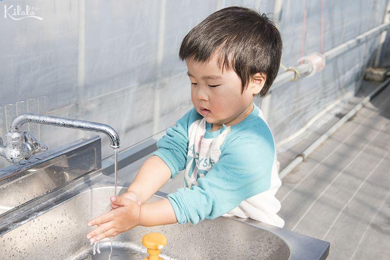 rửa tay súc miệng khi ở bên ngoài về