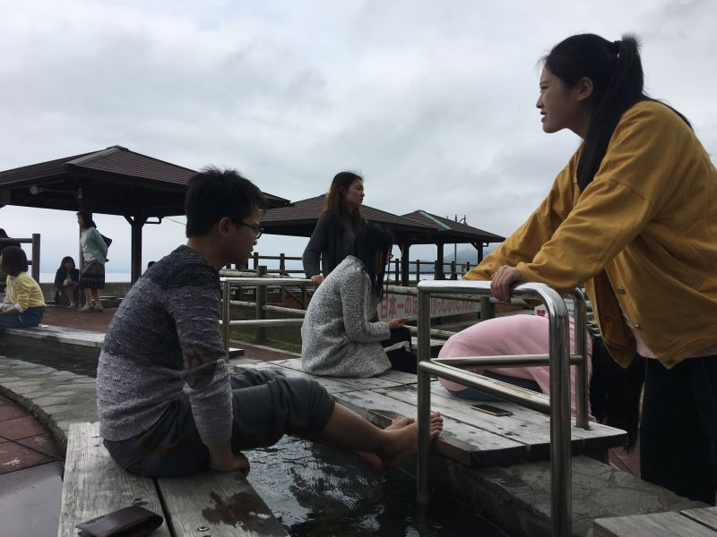 Trải nghiệm ngâm chân trong suối nước nóng nhân tạo tại lữ quán