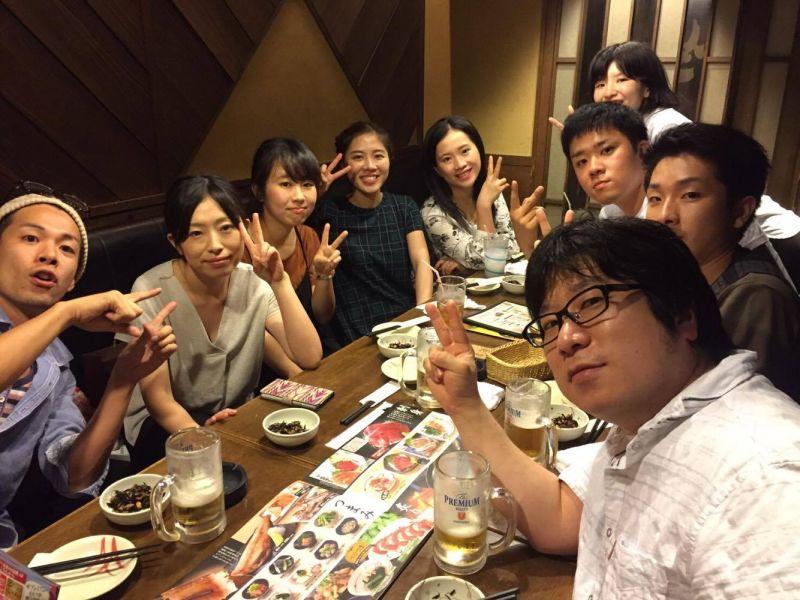 Lâm Nhi và các đồng nghiệp tại chỗ làm thêm
