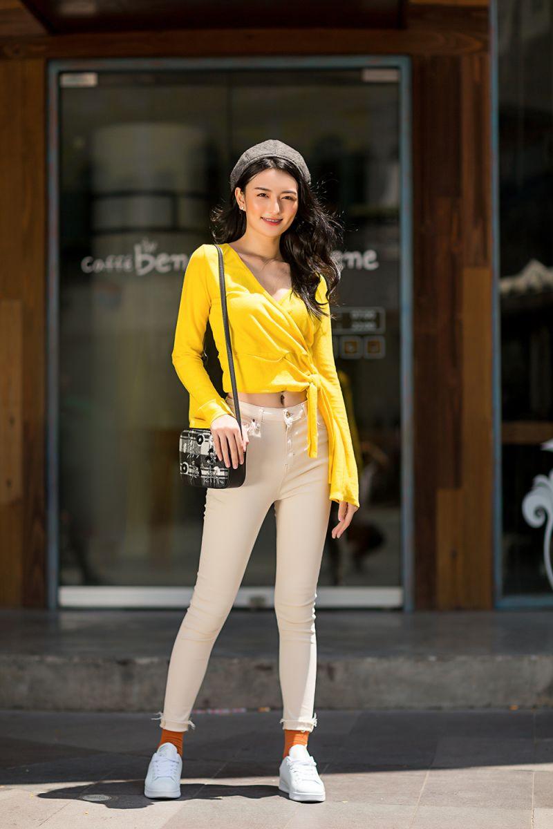Áo len gam màu nóng mix cùng quần kaki trẻ trung