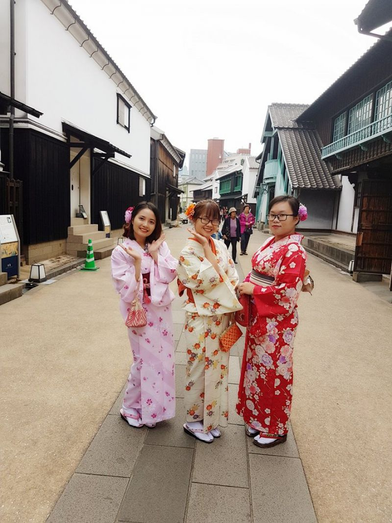 Thùy Linh tham quan Tư liệu quán cảng Dejima