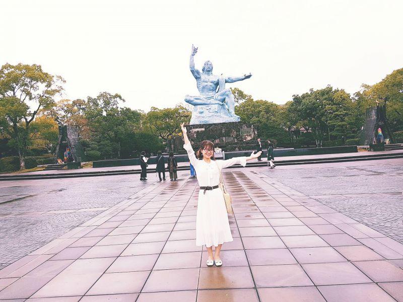 Thùy Linh trước tượng cầu nguyện hòa bình của Nagasaki