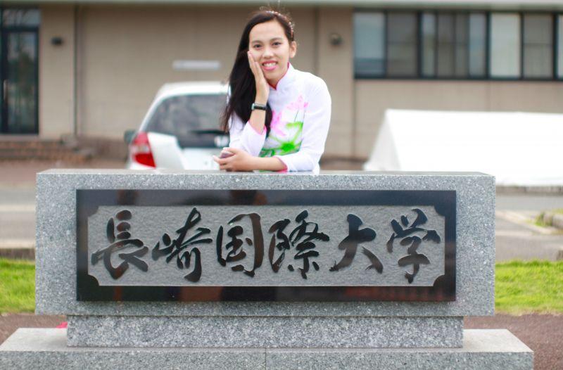 Kim Hoàn chụp ảnh trước trường Đại học Quốc tế Nagasaki