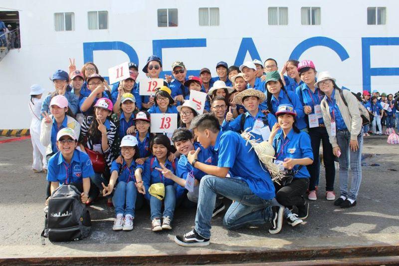 Chụp ảnh lưu niệm cùng các tình nguyện viên tham gia đón tàu Hòa Bình