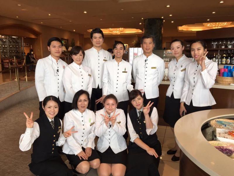 Chụp ảnh cùng nhân viên khách sạn