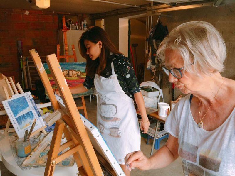 Khánh học vẽ tranh cùng bà ngoại của chồng