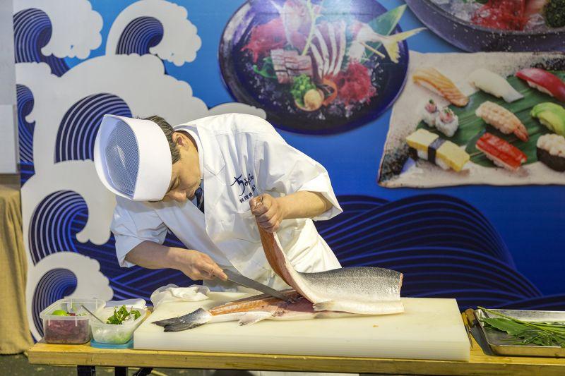 Trình diễn cắt mổ cá