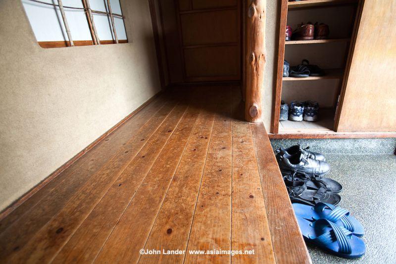 chỗ để giày dép khi vào nhà