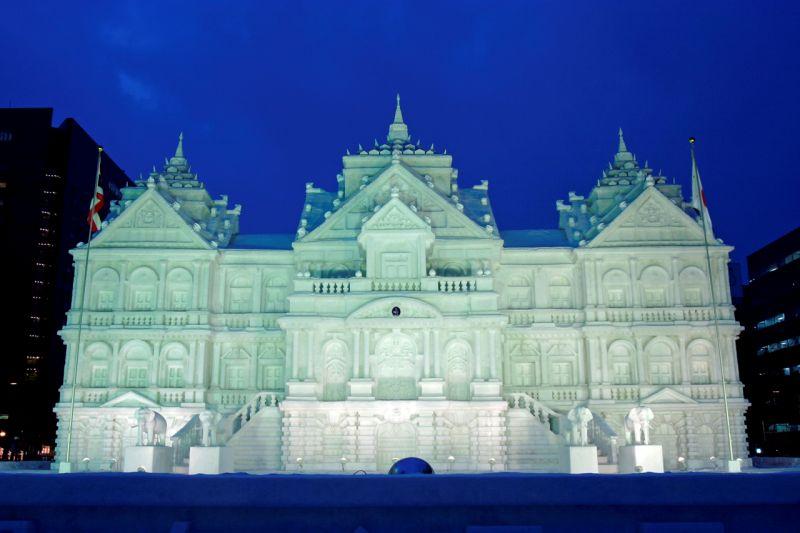 lâu đài tuyết khổng lồ