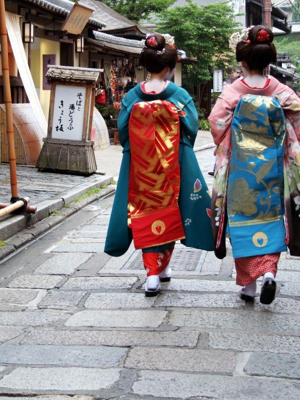 nhiều cô gái hiện đại đã e dè việc tự mặc Kimono