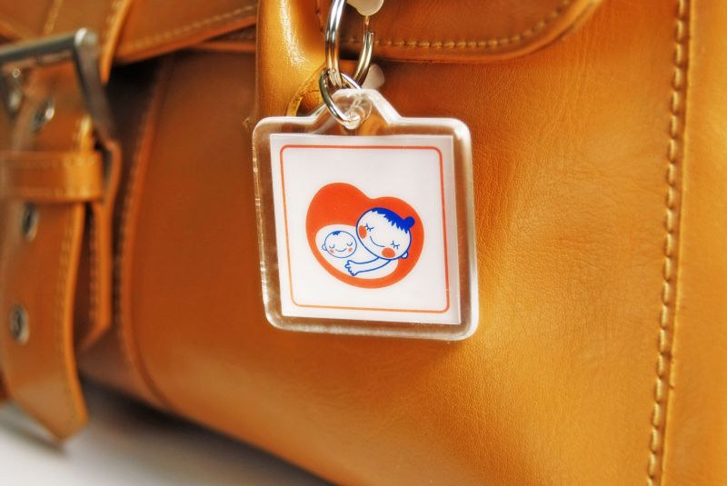 huy hiệu em bé trên túi xách