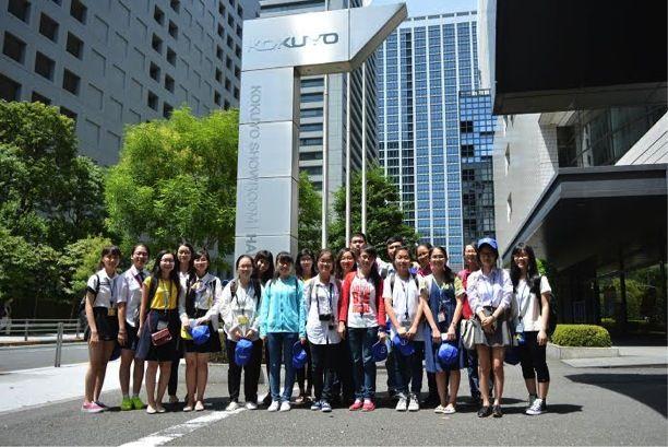 du học sinh trước trụ sở Kokuyo
