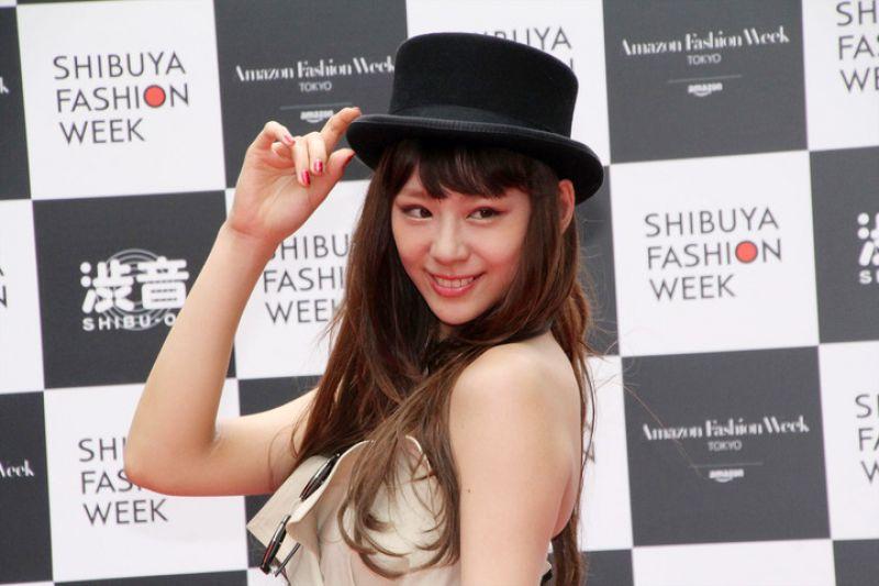 Mariya Nishiuchi quyến rũ với trench coat hở vai