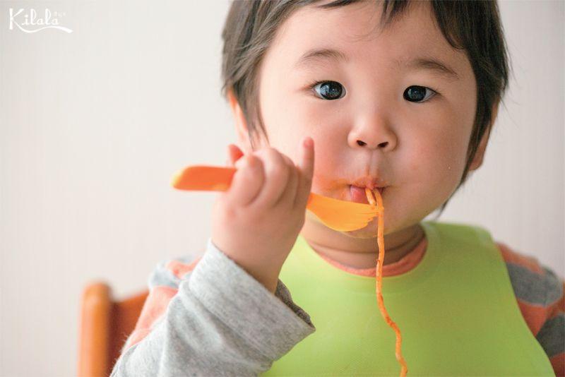 dạy trẻ ngồi yên khi ăn