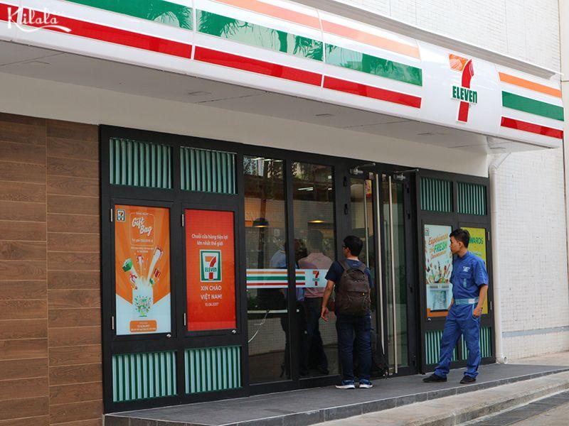 7 Eleven bên ngoài cửa hàng