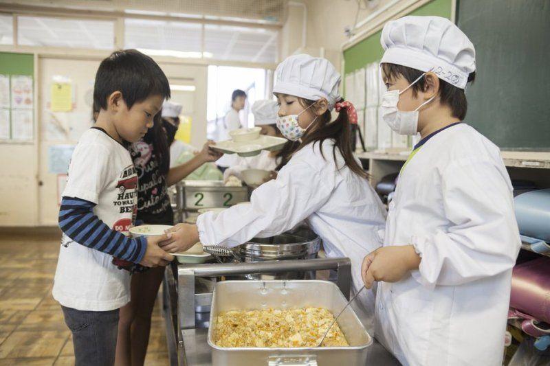 học sinh phục vụ bữa ăn