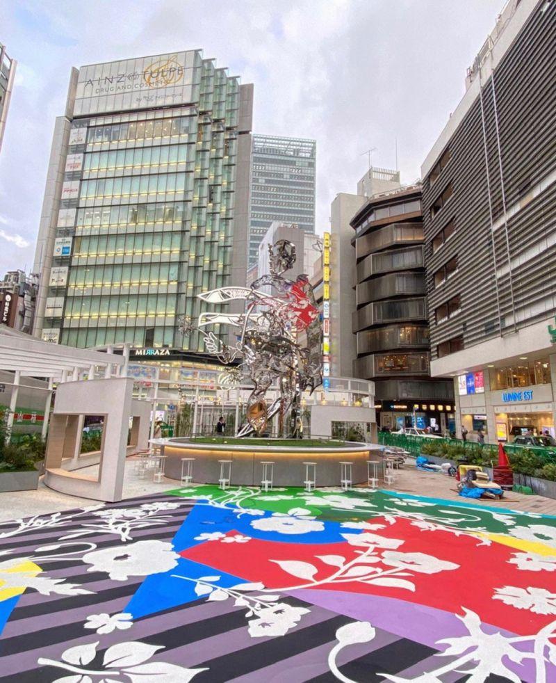 quảng trường nghệ thuật mới được xây dựng bên ngoài ga Shinjuku