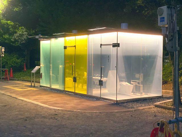 nhà vệ sinh trong suốt ở công viên ở Shibuya