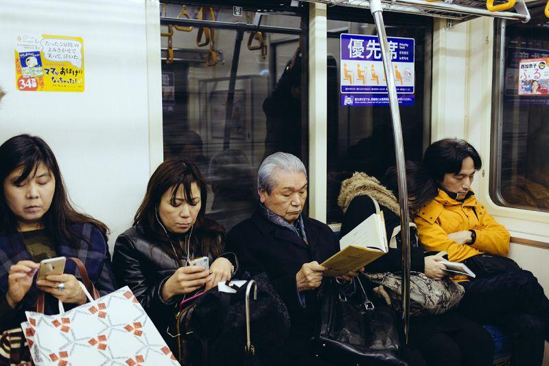 vì sao Nhật Bản không cho phép gọi điện thoại trên xe điện?