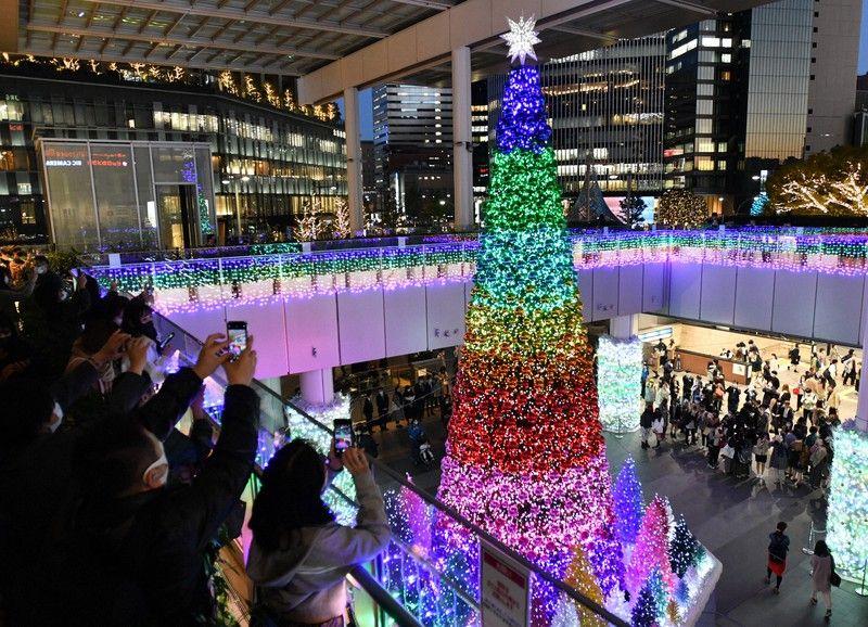 cây thông Giáng Sinh khổng lồ tại ga Nagoya