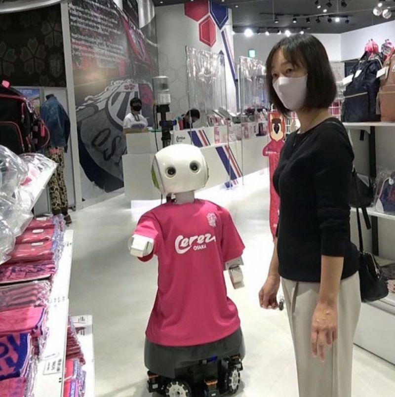 robot nhắc nhở khách hàng đeo khẩu trang