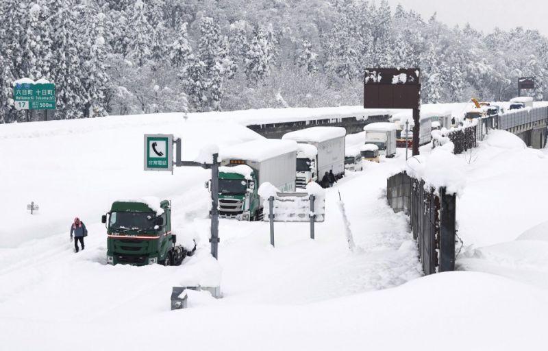 nhiều phương tiện giao thông bị mắc kẹt vì tuyết dày ở Nhật