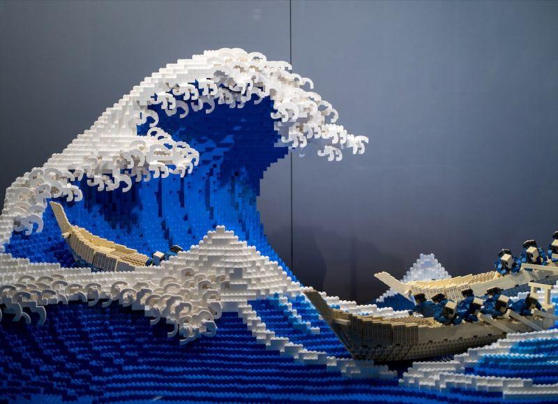 tái hiện bức họa sóng thần nổi tiếng của Nhật Bản bằng Lego