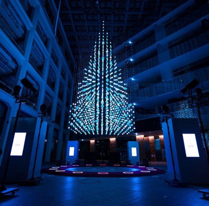 cây thông Noel được tạo ra từ 1000 quả bóng Mizuhiki