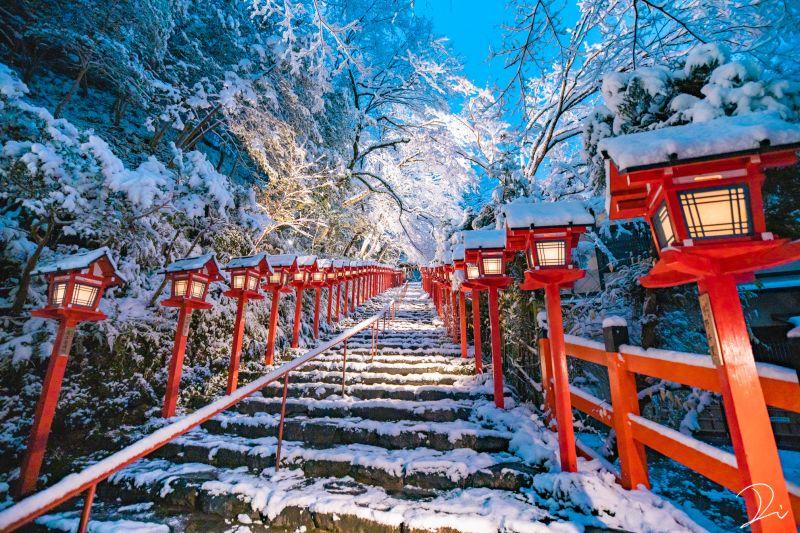 những ngôi đền Thần đạo phủ đầy tuyết trắng trong mùa đông