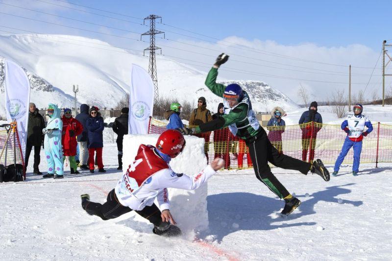 ném tuyết cũng là một môn thể thao của Nhật