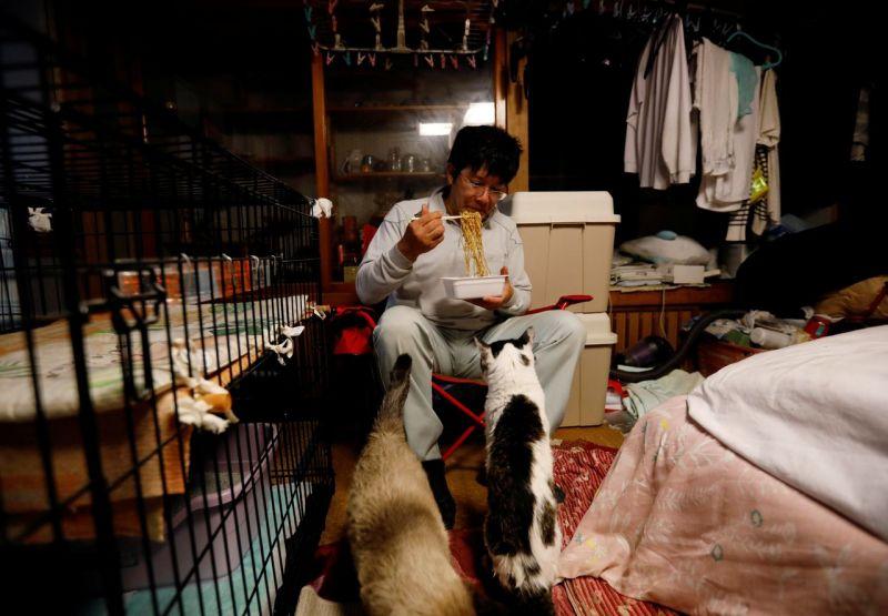 người đàn ông ở lại vùng nhiễm phóng xạ để giải cứu những chú mèo